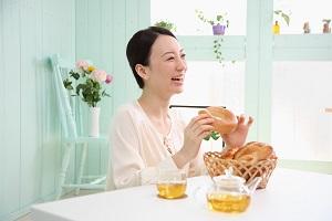 パン・紅茶・女性_s