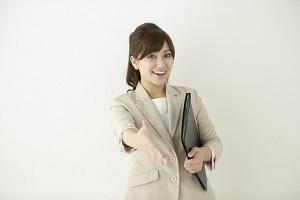 握手を求める女性_300